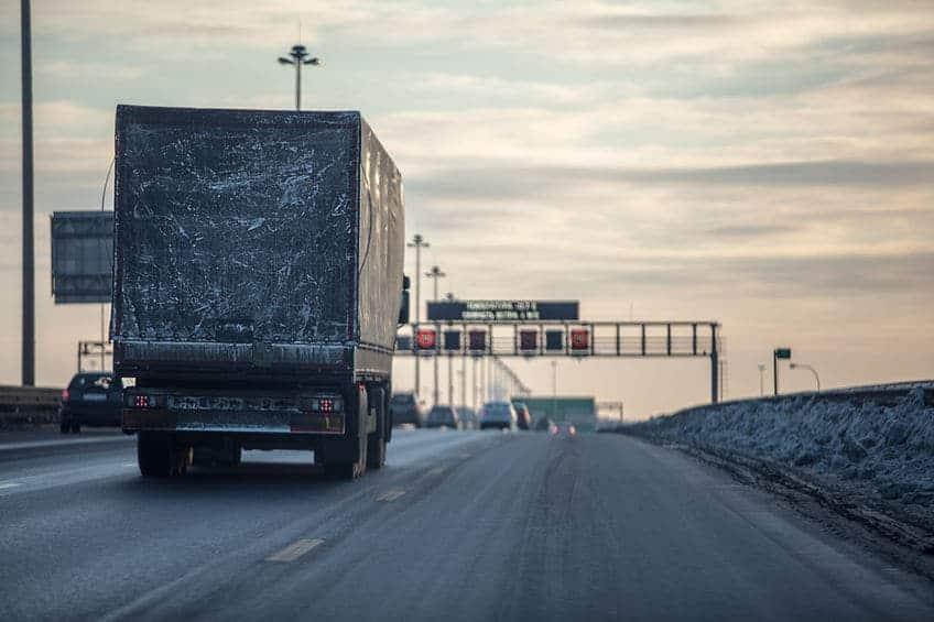 Reclame op je auto; op deze vieze vrachtwagen is niets meer te zien