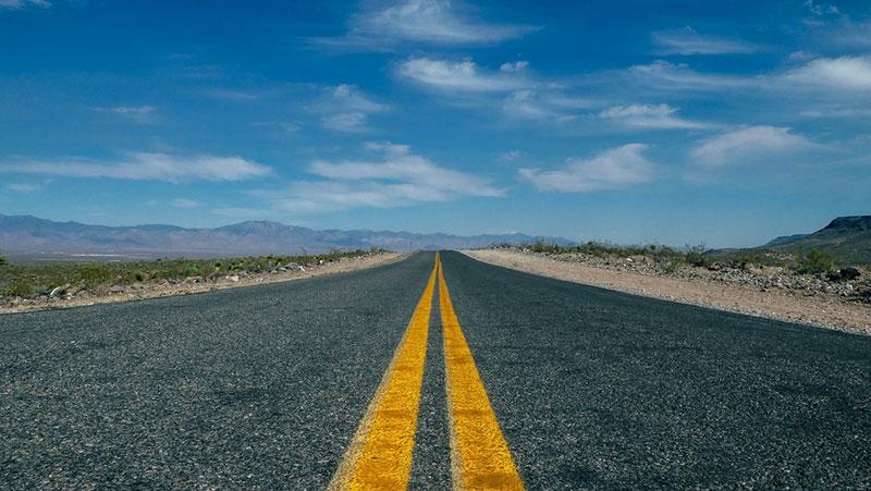 Foto van route 66 om het concept van divergerende lijnen te illustreren