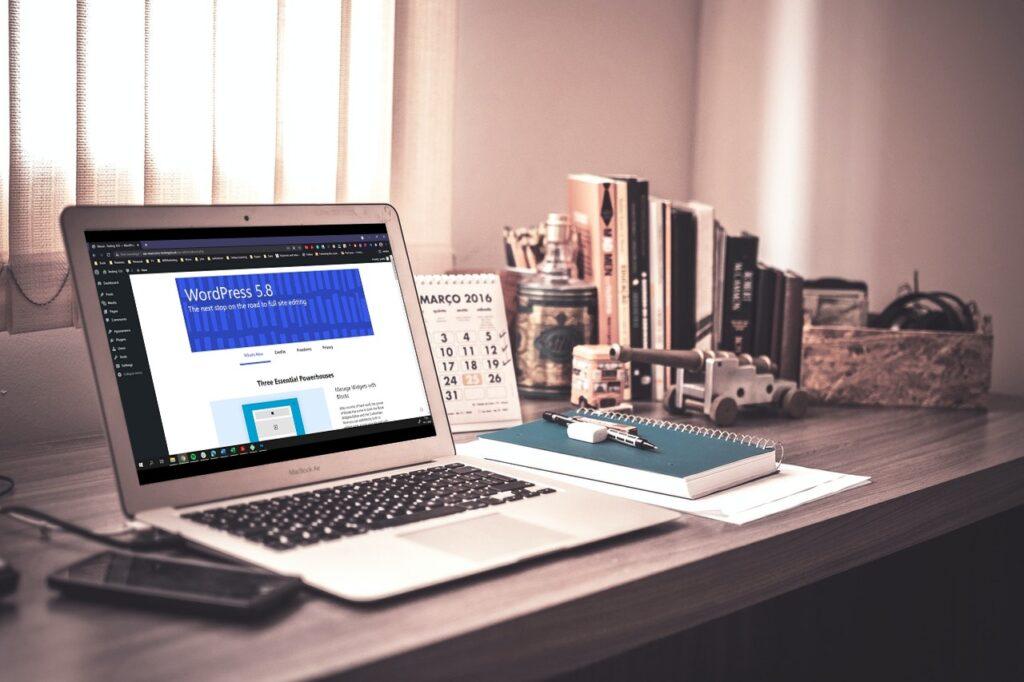 laptop met daarop het Over WordPress 5.8 scherm