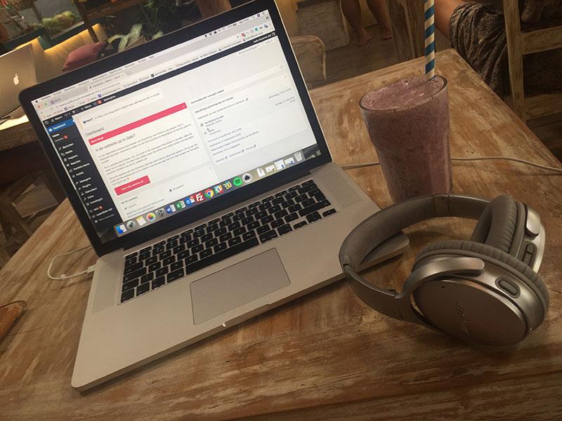 Laptop, een goede koptelefoon en een smoothie: klaar om te gaan gastbloggen